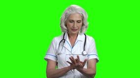 ?yczliwego seniora doktorska u?ywa przejrzysta cyfrowa pastylka zbiory wideo