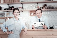 Życzliwi pracownicy kawiarnia opiera na zakazują kontuar i ono uśmiecha się zdjęcia stock