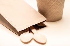 Życzliwi rozporządzalni naczynia robić bambusowy drewno i papierowa Drewniana łyżka zdjęcia stock