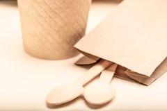 Życzliwi rozporządzalni naczynia robić bambusowy drewno i papierowa Drewniana łyżka zdjęcie royalty free