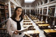 życzliwy biblioteczny czytelniczy uczeń na piętrze obraz stock