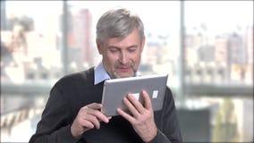 Życzliwy dorośleć mężczyzna opowiada przez interneta zdjęcie wideo