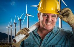 Życzliwy kontrahent w Ciężkiego kapeluszu mienia rozszerzenia sznurze turbina Fotografia Stock