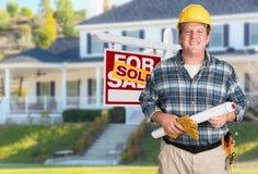 Życzliwy kontrahent Z planami i Ciężki kapelusz Przed Sprzedający Dla sprzedaż znaka Zdjęcie Stock