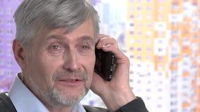 Życzliwy mężczyzna opowiada na telefonu zakończeniu up zdjęcie wideo
