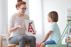 Życzliwy mowa terapeuta, chłopiec i