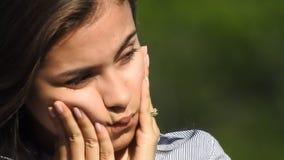 Życzliwy nastoletni dziewczyny falowanie zbiory