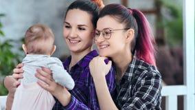 Życzliwy szczęśliwy żeński rodzic cieszy się mieć dobrego czas z rodzinnym środkiem w górę zdjęcie wideo