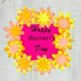 Życzyć Szczęśliwego kobieta dzień w papierowych kwiatów ramie na drewnianym tle Mieszkanie nieatutowy obraz royalty free