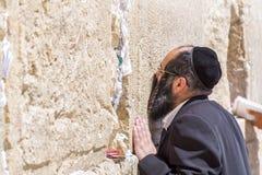 Żydowscy ludzie ono modli się przeciw western ścianie w Jerozolima zdjęcia stock