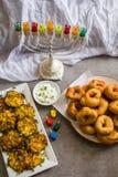 Żydowscy wakacyjni Hanukkah symbole przeciw białemu tłu; tradycyjny przędzalniany wierzchołek, menorah tradycyjni kandelabry, «Sf obrazy royalty free