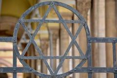 Żydowska gwiazda w ogrodzeniu przy synagoga w Budapest obrazy royalty free
