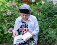 Żydowska kobieta Czyta Jej Modlitewną książkę zdjęcia stock