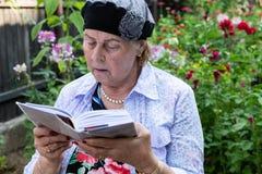 Żydowska kobieta Czyta Jej Modlitewną książkę zdjęcie stock