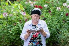 Żydowska kobieta Czyta Jej Modlitewną książkę obraz stock