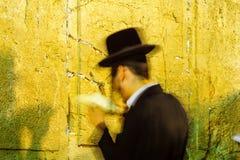 Żydowska modlitwa przy Zachodnią ścianą zdjęcia stock