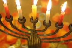 Żydowski menorah z zaświecać świeczkami kwitnie i czekolada ukuwa nazwę Hanukkah i Judaistycznego wakacyjnego symbol zdjęcie stock