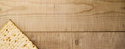 żydowski tradycyjny Passover Matzot na nieociosanym drewnianym tle fotografia stock