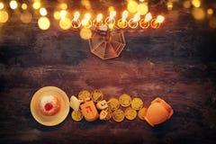żydowski wakacyjny Hanukkah tło z tradycyjnym spinnig wierzchołkiem, menorah & x28; tradycyjny candelabra& x29; i palący świeczkę Zdjęcia Stock