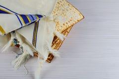 Żydowski wakacyjny passover matzot z seder na talerzu na stole zamkniętym w górę obraz royalty free