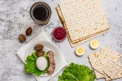 Żydowski wakacyjny Passover tło z wina, matza i seder talerzem na popielatym, Odgórny widok Z kopii przestrzenią obraz royalty free