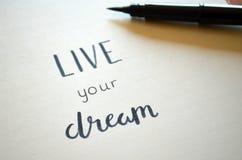 ŻYJE TWÓJ sen piszącego list w notatniku obrazy stock