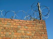 Żyletki ochrony druciana ochrona na ścianie z cegieł obraz royalty free