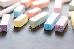 Żywa Colorfull kreda na Czarnym Chalkboard tle Horyzontalnym zdjęcie stock