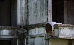 Żywego trupu ducha kobiety morderstwo na zaniechanym budynku z krwistym fotografia stock