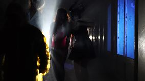 Żywi trupy i straszni demony chodzi w dół ciemnego korytarz zbiory