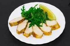 Żywienioniowa kuchnia - Piec na grillu kurczak pierś z rucola opuszcza fotografia royalty free