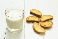 Żywienioniowy śniadanie, kwaśny jogurt w szklanej filiżance i croutons z rodzynkami na białym stole, odchudza fotografia royalty free