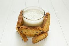 Żywienioniowy śniadanie, kwaśny jogurt w szklanej zlewce i krakersy z rodzynkami na białym stole, obrazy stock