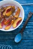 Żywienioniowy śniadanie z granola, domowej roboty jogurtem, brzoskwinią i crea, Obraz Royalty Free