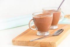 Żywienioniowy deserowy jogurt z czekoladowego puddingu filiżanek słuzyć drewnianym tnącym abordażem kosmos kopii obrazy royalty free