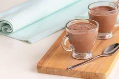 Żywienioniowy deserowy jogurt z czekoladowego puddingu filiżanek słuzyć drewnianym tnącym abordażem kosmos kopii zdjęcie stock