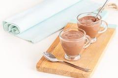 Żywienioniowy deserowy jogurtu czekoladowego puddingu filiżanek słuzyć drewniany tnący abordaż kosmos kopii fotografia royalty free