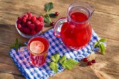 Żywienioniowy detox napój z cytryna sokiem, czerwoną truskawką, wiśnią i malinką w jasnej wodzie z lodem, obraz royalty free