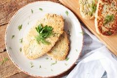 Żywienioniowy flatbread z czosnkiem i ziele obraz royalty free