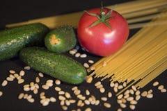 Żywienioniowy jarski karmowy ustawiający trzy zielonego ogórka, jeden dojrzały Zdjęcia Royalty Free
