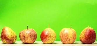 żywienioniowy jedzenie Świezi dojrzali jabłka i bonkrety na zielonym tle obrazy stock