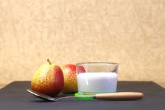 żywienioniowy jedzenie Deser mleko Dojny produkt na beżowym backgroun fotografia royalty free
