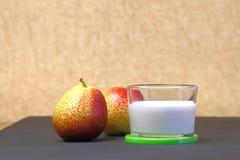 żywienioniowy jedzenie Deser mleko Dojny produkt na beżowym backgroun zdjęcie stock