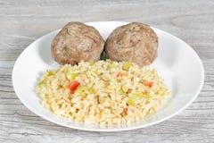 żywienioniowy jedzenie Stamed mięśni cutlets z bulgur i warzywami obrazy stock