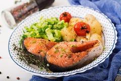 żywienioniowy menu Piec łososiowy stek z kalafiorem, pomidorami i ziele, zdjęcia royalty free