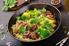 żywienioniowy menu Zdrowa weganin sałatka warzywa brokuły, pieczarki, szpinak i quinoa -, zdjęcie stock