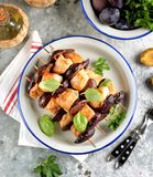 Żywienioniowy organicznie kurczaka kebab z śliwkami i figami na drewnianych skewers zdjęcia stock