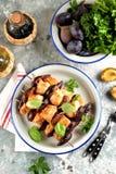 Żywienioniowy organicznie kurczaka kebab z śliwkami i figami na drewnianych skewers fotografia stock