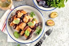 Żywienioniowy organicznie kurczaka kebab z śliwkami i figami na drewnianych skewers fotografia royalty free