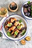 Żywienioniowy organicznie kurczaka kebab z śliwkami i figami na drewnianych skewers zdjęcie stock